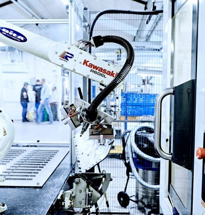 Teknologi - Maskinpark med robot - Hosta Industries A/S